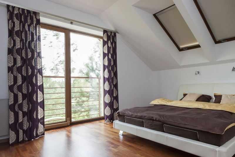 Интерьер мансарды со шторами на окнах