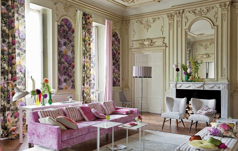 Розовый диван в зале