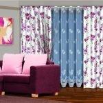 Розовые подушки на фиолетовом диване