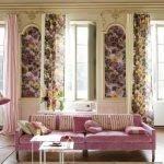 Розовый диван с полосатыми подушками