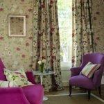 Кресла цвета фуксия в зале