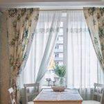 Занавески на окне на кухне