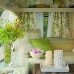 Зелено-белый интерьер веранды
