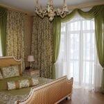 Спальня с зелеными шторами