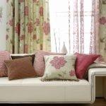 Цветочный принт розового цвета в гостиной