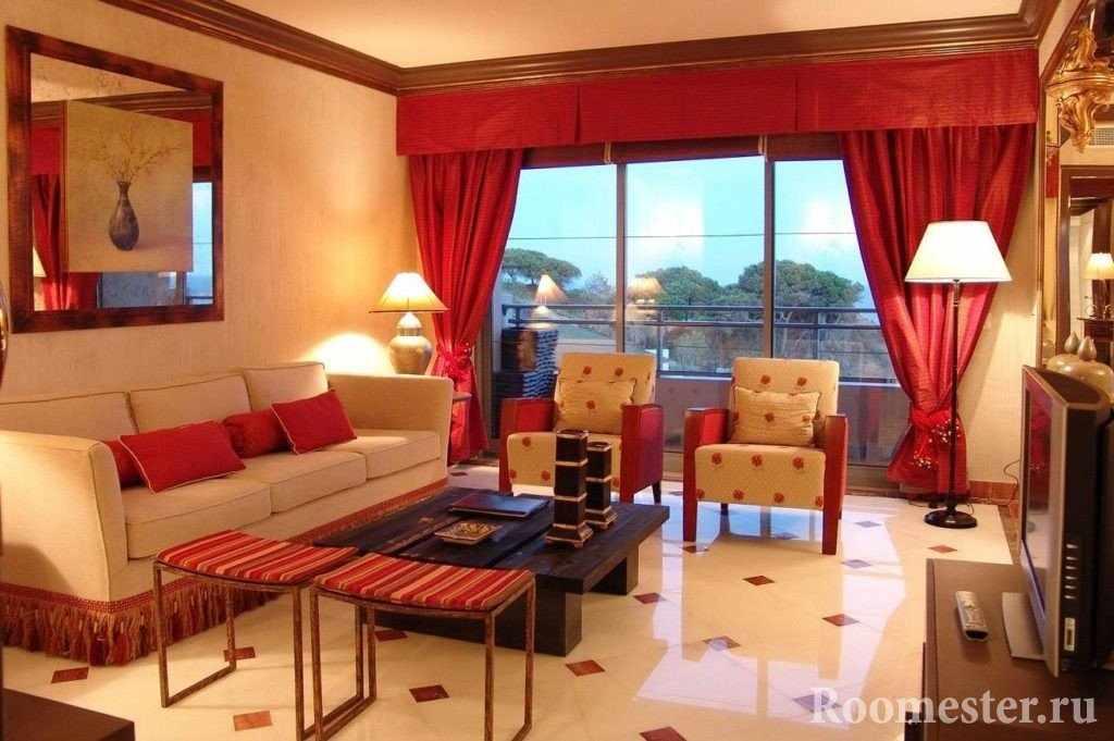 Бежевая комната с красными шторами
