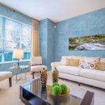 Гостиная с голубыми стенами