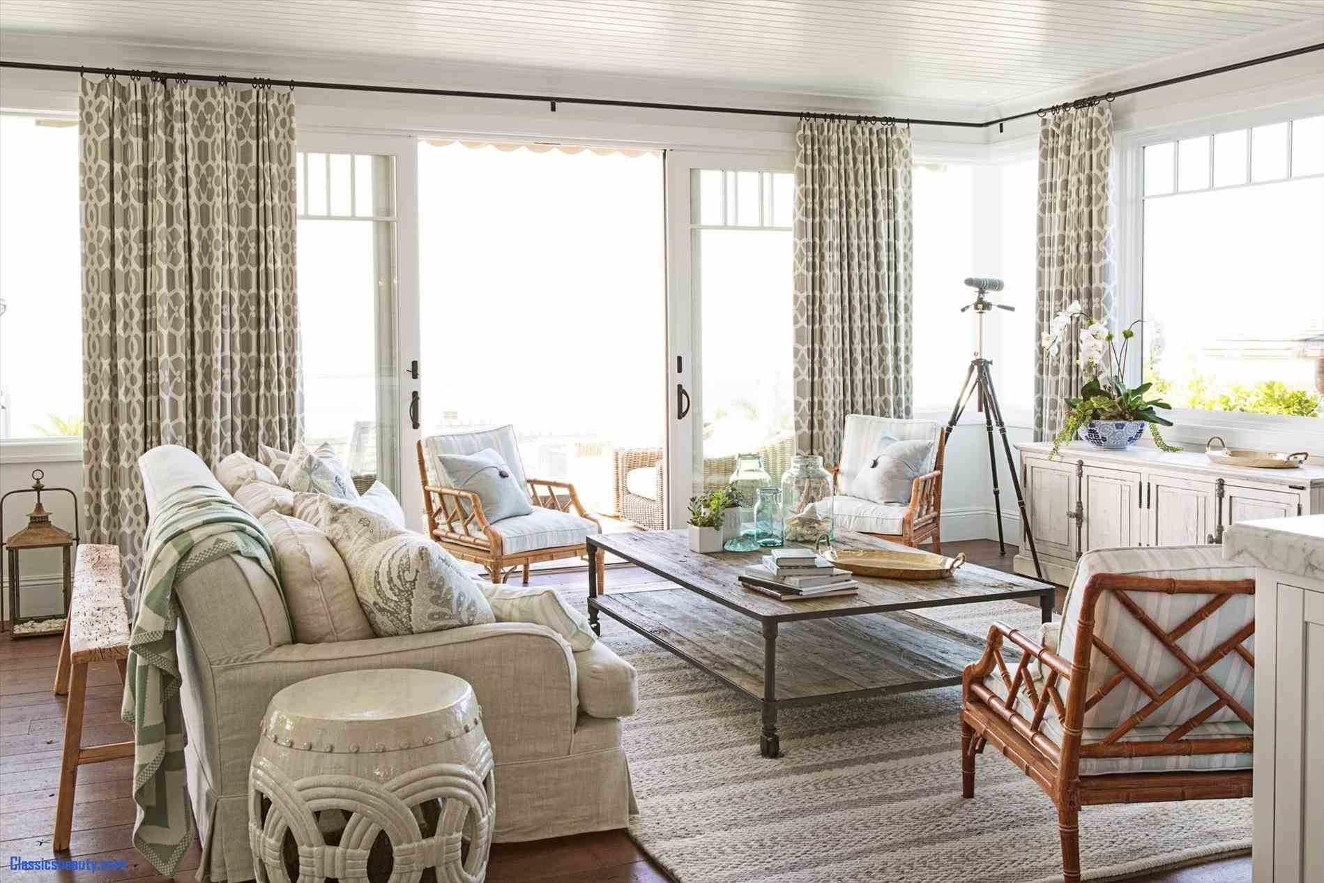 Большой диван в гостиной