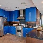 Яркий оттенок синего в интерьере кухни
