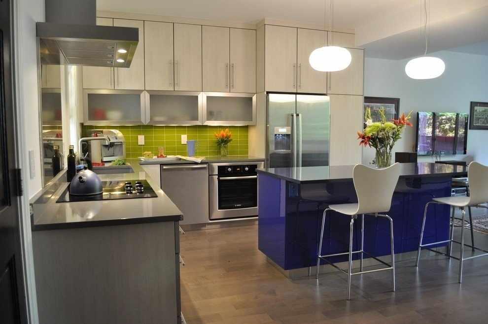Сочетание светлой мебели и зеленого фартука