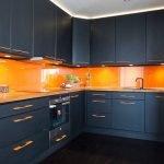 Оранжевый фартук в интерьере