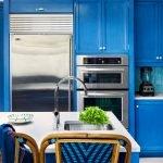 Мебель с синими фасадами на кухне