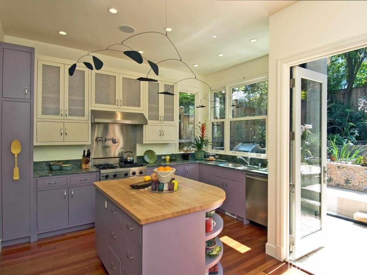 Сиреневые и белые фасады кухни