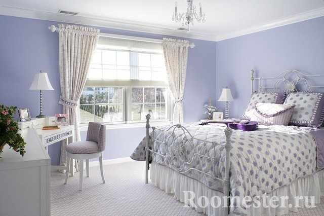 Лиловый цвет в спальне с большим окном