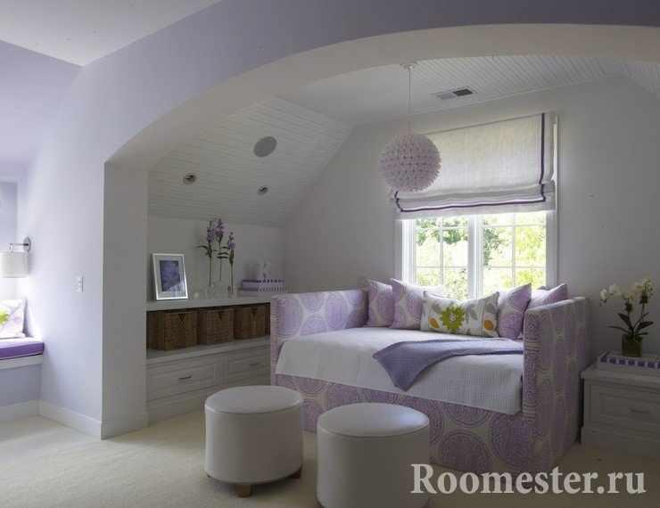 Уютная спаленка с аркой в сиренево-белом цвете