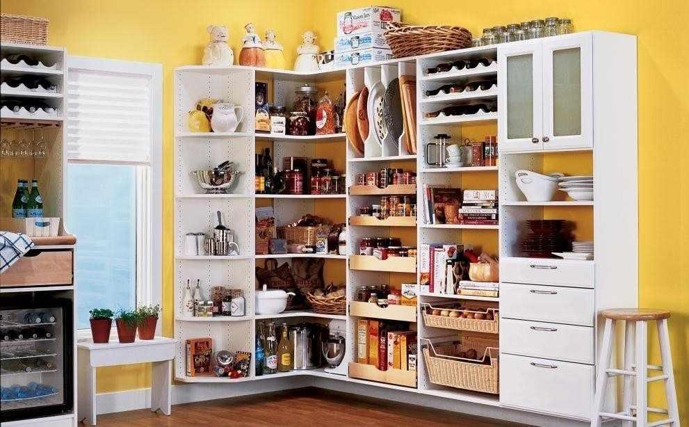 Открытые шкафы на кухне