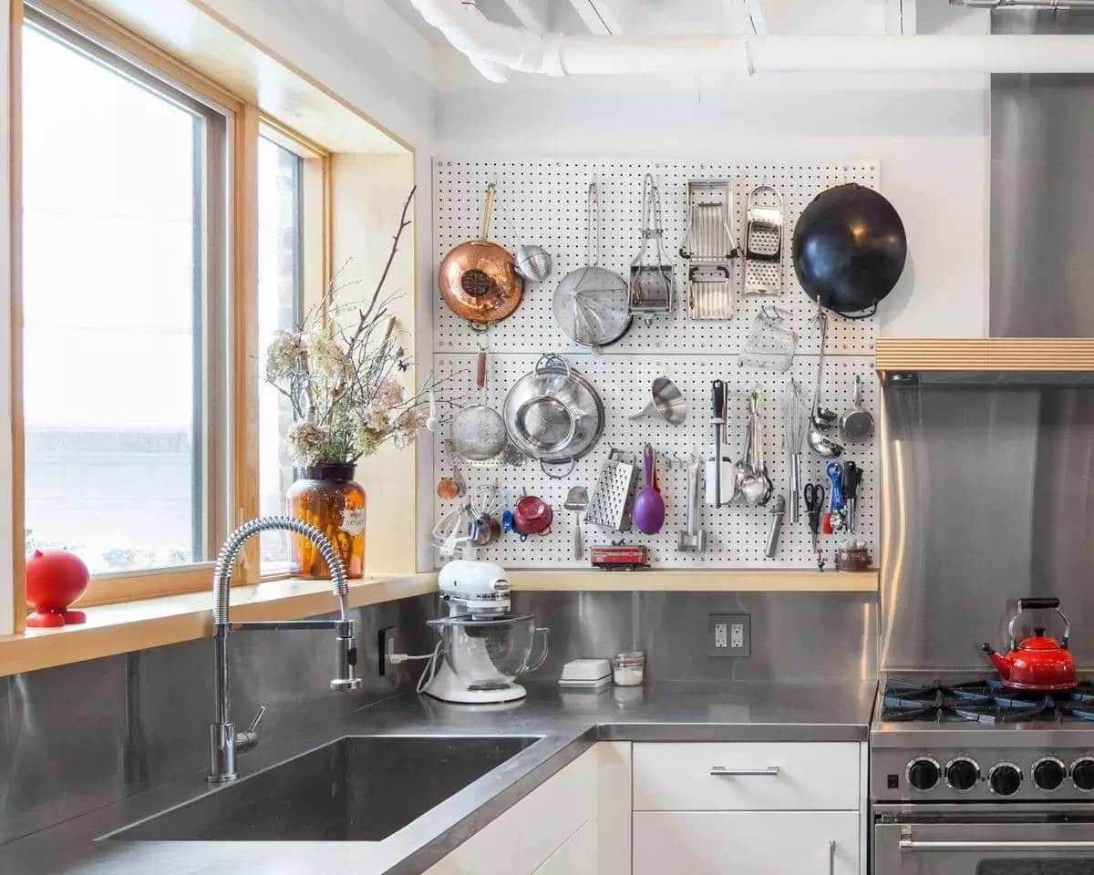 Перфорированная настенная панель на кухне