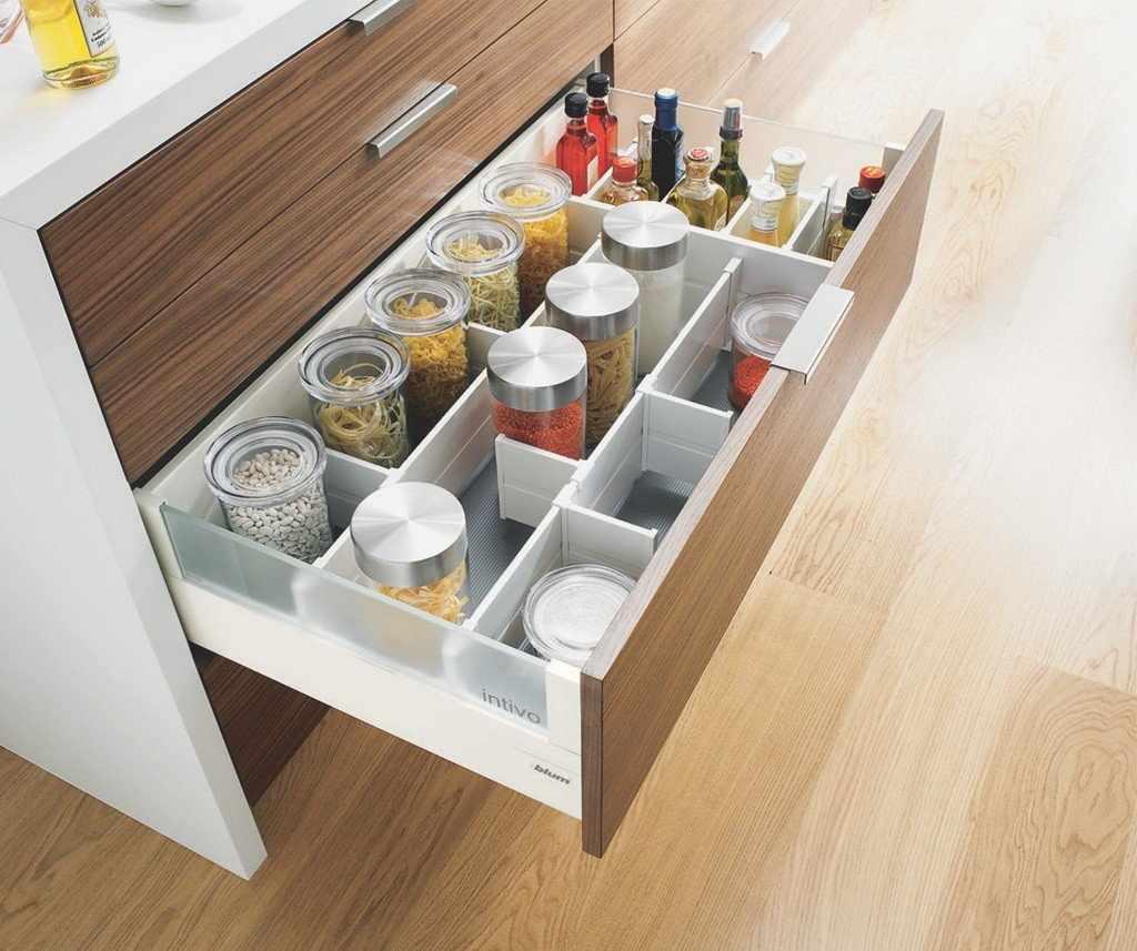 Выдвижные ящики с разделителями и дополнительными отсеками на кухне