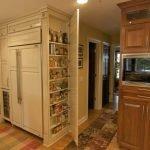 Шкаф со встроенной микроволновкой в интерьере