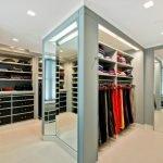 Светлый пол в гардеробной