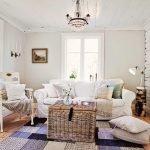 Плетенный столик у дивана