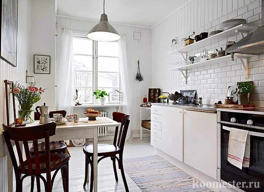 Кухня с открытыми верхними полками