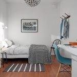 Простой интерьер спальни в доме