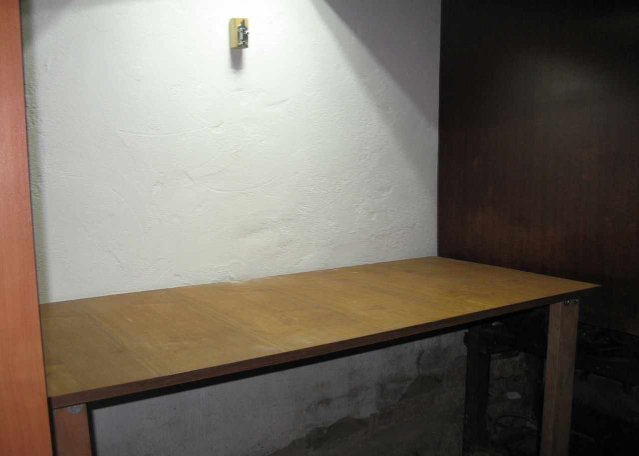 Пристенный откидной стол