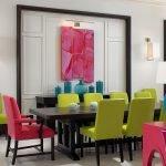 Яркие стулья вокруг стола