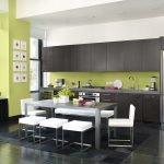 Сочетание салатового фартука и коричневой мебели