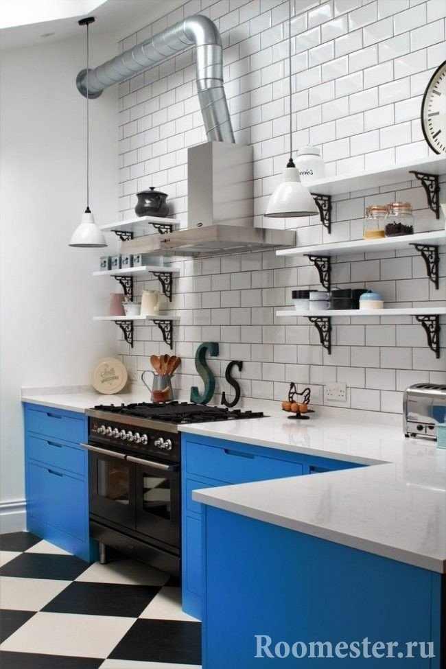 Оттенки голубого в нижних шкафах кухни