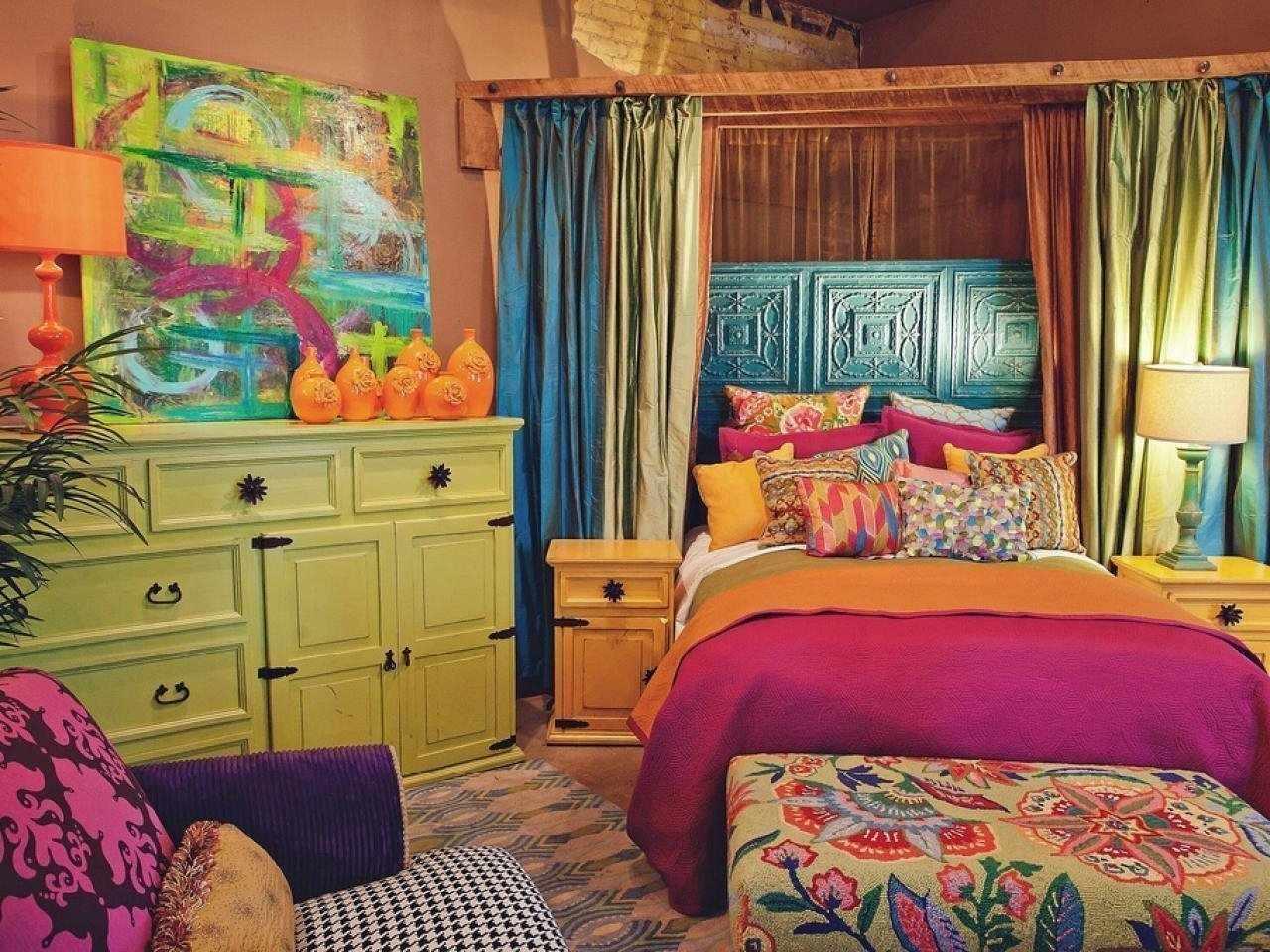 Интерьер спальни в ярких цветах