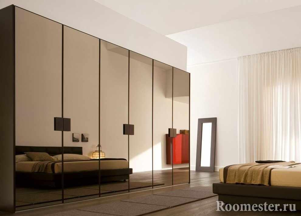 Шкаф с зеркальным покрытием у кровати