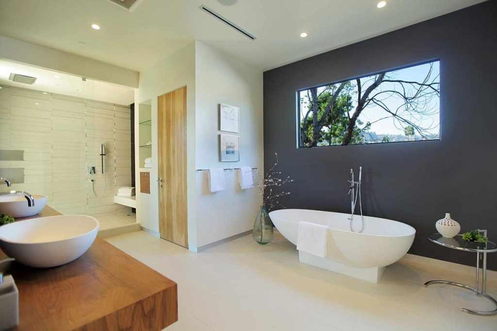 Серая стена в светлом интерьере ванной