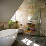Плитка под мрамор на полу и стенах ванной