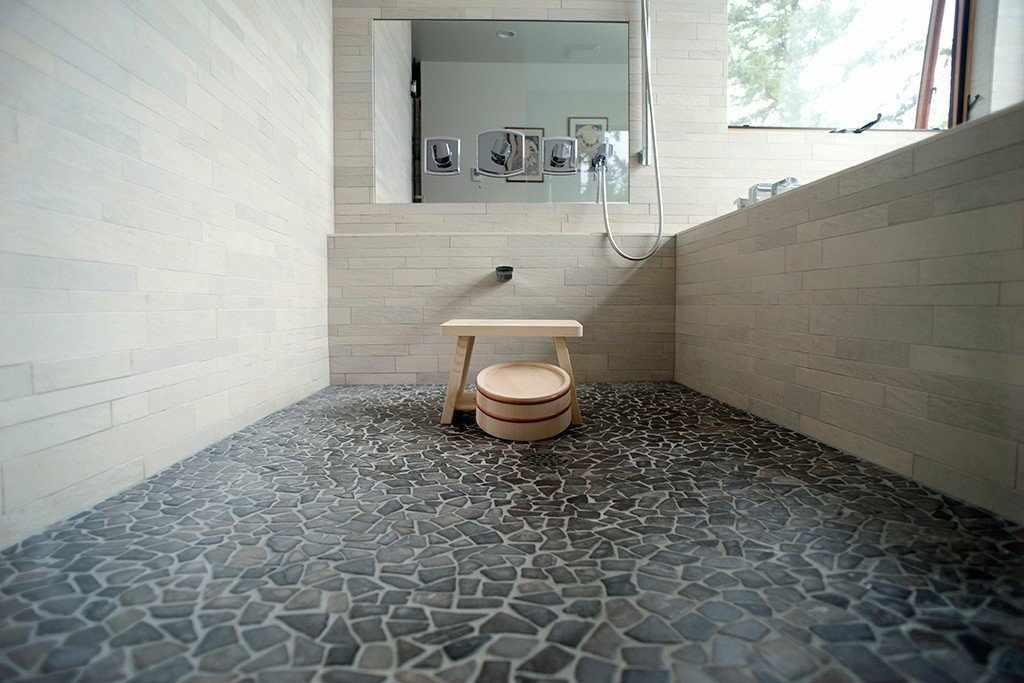 Пол в ванной из натурального камня