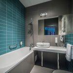 Бирюзово-серый интерьер ванной