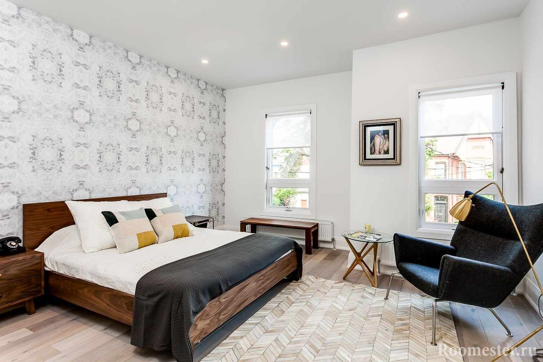 Спальня необычной формы с двумя окнами