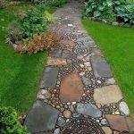Крупные и мелкие природные камни в дизайне садовой дорожки