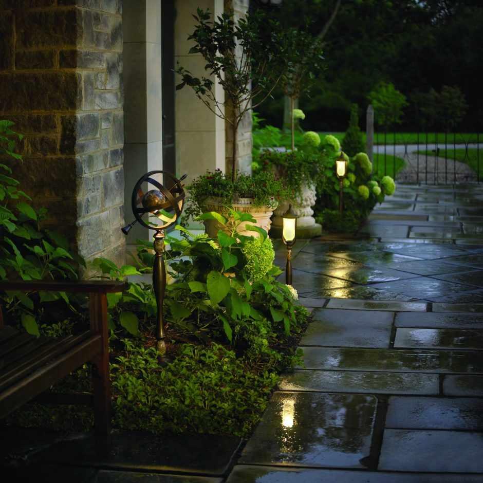 Садовые фонари у дома