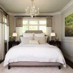 Широкая кровать в спальне 6 кв. м.