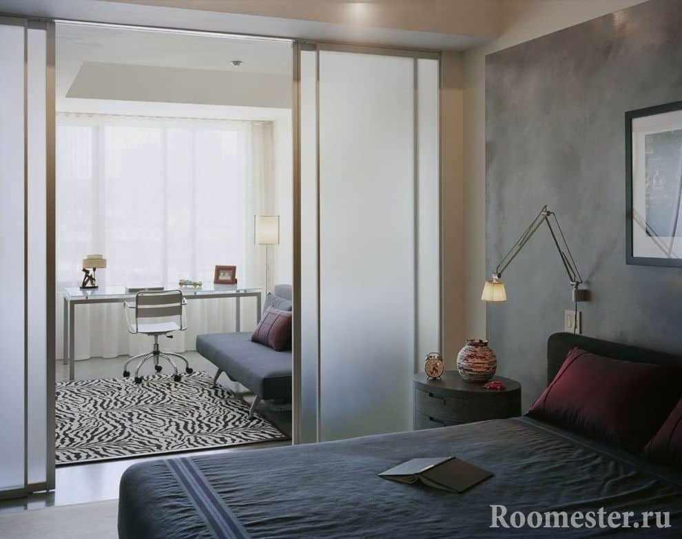 Раздвижные перегородки в дизайне спальни и гостиной в одной комнате