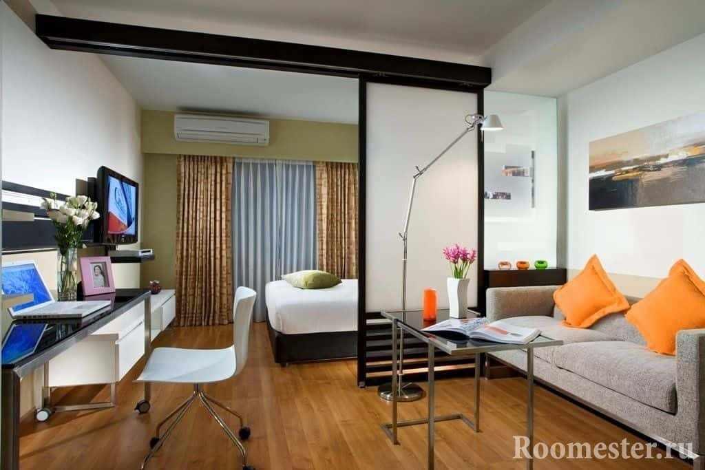 Спальня и гостиная в одной комнате отделенной полупрозрачной перегородкой