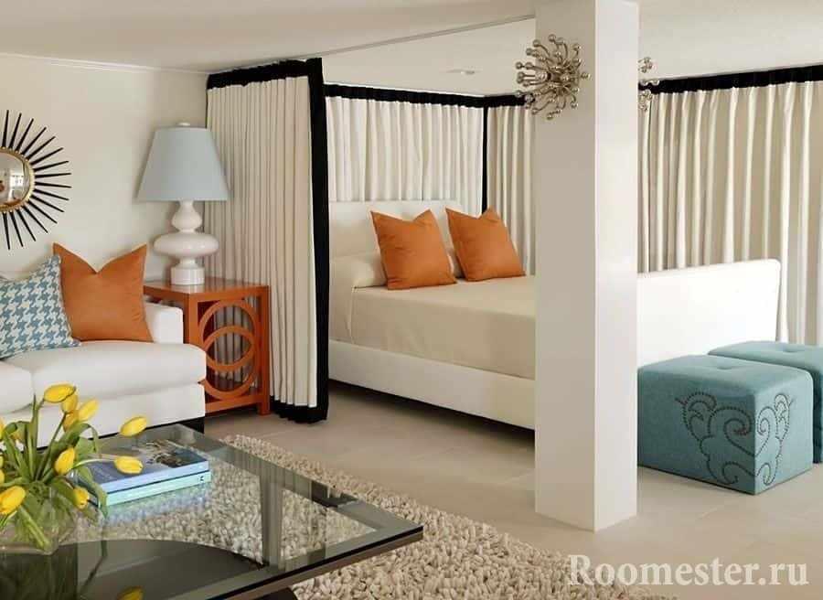 Спальня закрывается шторами от гостиной