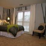 Зелено-серая спальня с декором стен