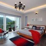 Сочетание серого и красного в спальне