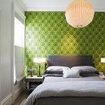 Зеленая текстура на стенах в спальне