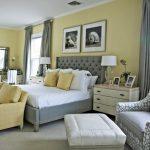 Оливковые стены и серая мебель