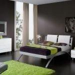 Зеленый ковер в спальне серого цвета