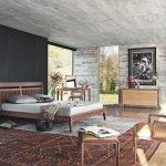 Деревянная мебель в спальне с серыми стенами